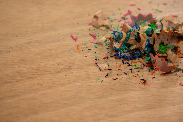 Aparas de lápis coloridos na mesa de madeira