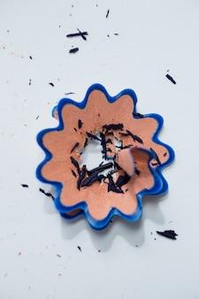 Aparas de lápis de cor azul em forma de flor
