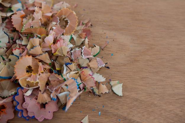 Aparas de lápis de cor em uma mesa de madeira