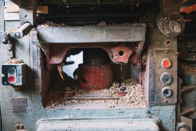 Aparas de madeira na máquina