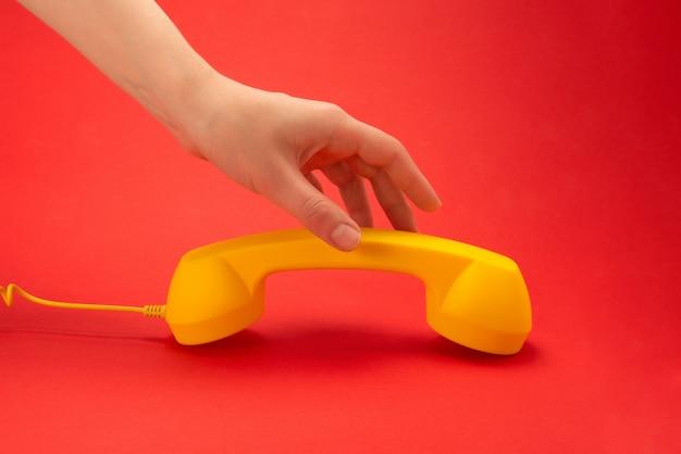 Aparelho amarelo numa superfície vermelha