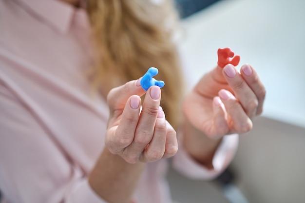 Aparelho auditivo moderno nas mãos de uma mulher