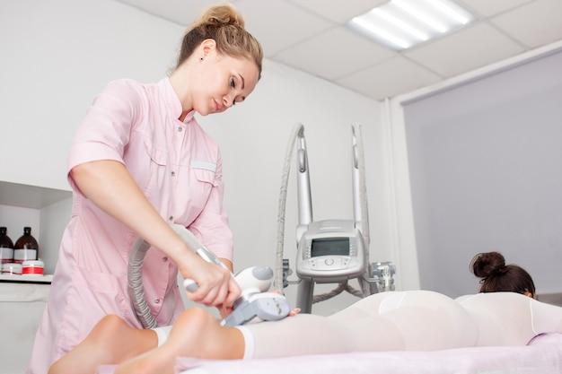 Aparelho de massagem a vácuo. tratamento anti-celulite para correção corporal.