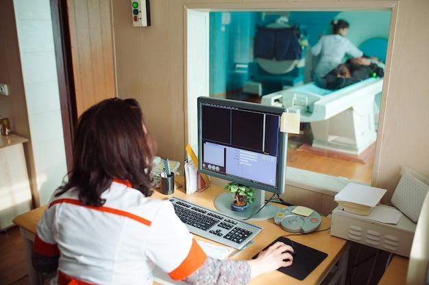 Aparelho de ressonância magnética e telas com médico e enfermeiro
