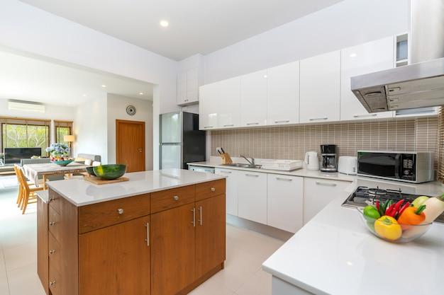 Aparelho e balcão da ilha de cozinha moderna