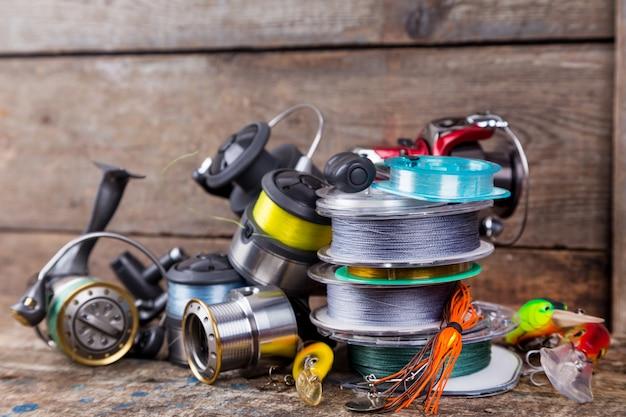 Aparelhos de pesca esportiva, iscas, molinetes, carretel com linha