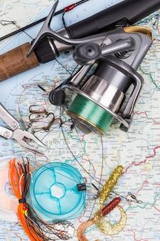 Aparelhos de pesca - vara, molinete, linha e isca no mapa