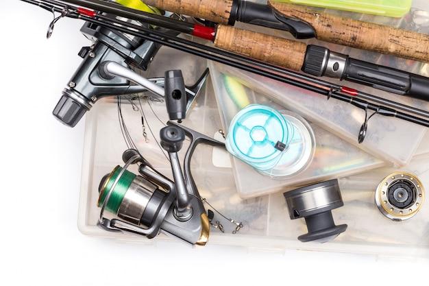 Aparelhos de pesca - vara, molinete, linha e iscas na caixa