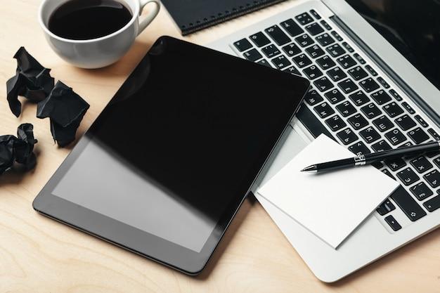 Aparelhos eletrônicos e material de escritório na mesa de madeira