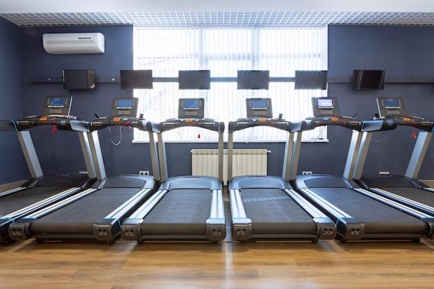 Aparelhos esportivos para treinamento cardiovascular em uma academia