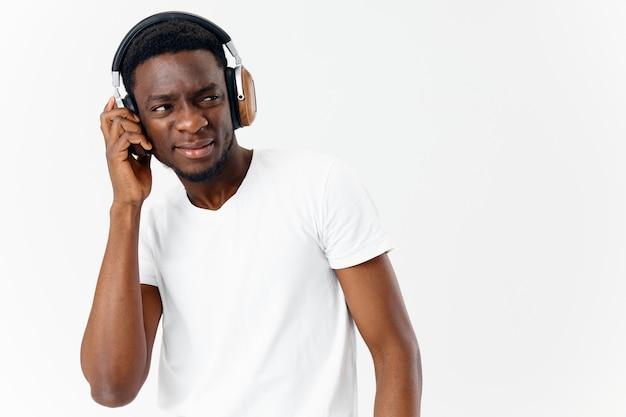 Aparência de homem africano em fones de ouvido, estilo de vida de amante de música, fundo isolado
