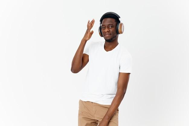 Aparência do homem africano com fones de ouvido com tecnologia de música de estilo moderno
