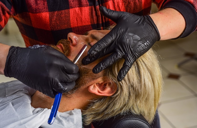 Aparência perfeita. raspar pelos faciais. domine a arte de cortar cabelo todos os dias. visite o cabeleireiro. mantendo a forma. homem no salão de cabeleireiro. cliente da barbearia. aparando a barba. serviços de barbearia.