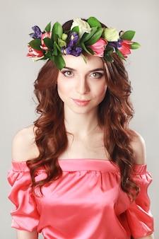 Aparência romântica suave da menina com coroa de flores