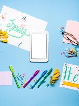 Apartamento azul leigos com óculos de papelaria gadget primavera lettering