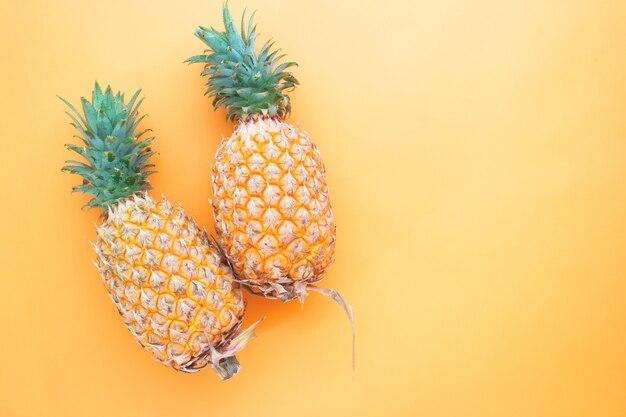 Apartamento colocar abacaxis inteiros em fundo de cor laranja