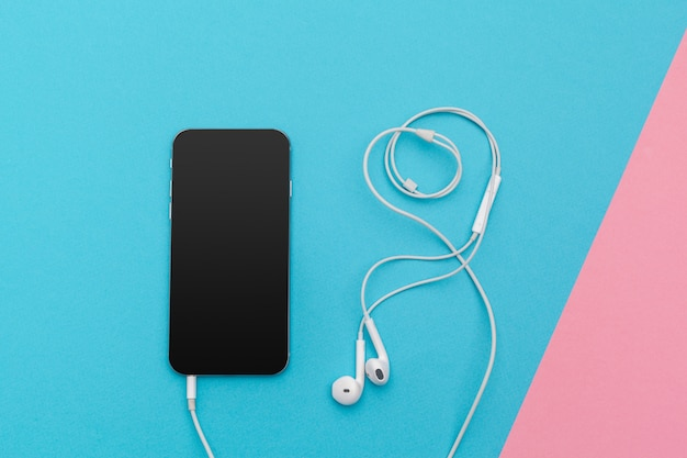Apartamento criativo colocar foto da mesa de trabalho com fones de ouvido e telefone celular