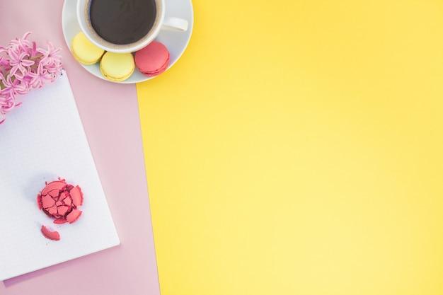 Apartamento criativo leigos com xícara de café e biscoitos