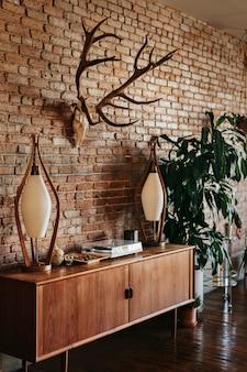 Apartamento de estilo loft com decoração moderna de meados do século