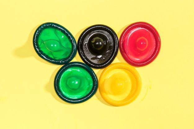 Apartamento deitado preservativos coloridos desembrulhados