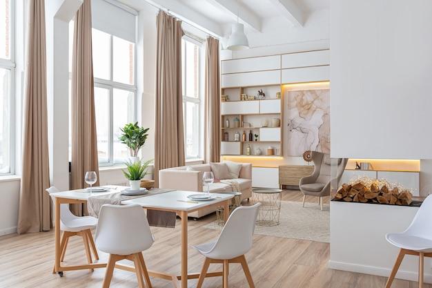 Apartamento espaçoso e luminoso com design de interiores em estilo escandinavo e tons pastel de branco e bege. móveis da moda na sala de estar