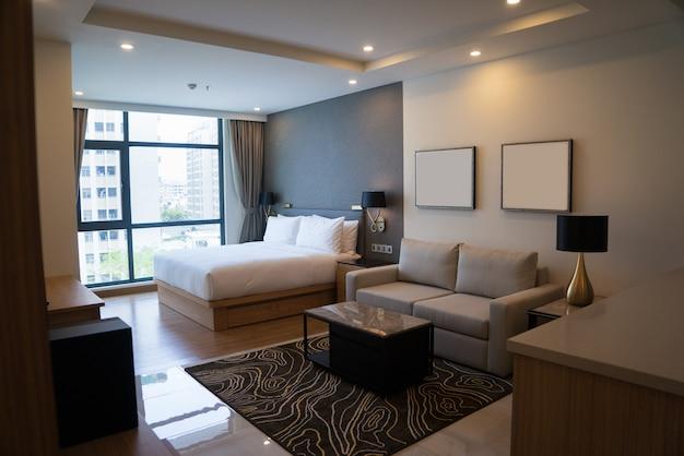 Apartamento estúdio acolhedor com quarto e sala de estar.