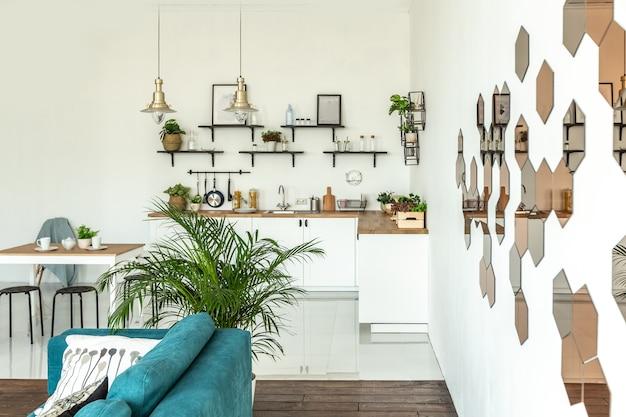 Apartamento estúdio espaçoso decorado com madeira e branco. design minimalista com grandes janelas à luz do sol. área de cozinha e área de estar
