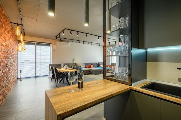 Apartamento estúdio moderno grande e luxuoso com mesa de jantar