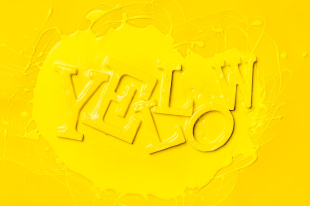Apartamento leigos da palavra amarelo com tinta