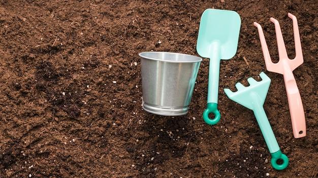 Apartamento leigos de ferramentas de jardinagem com copyspace