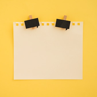 Apartamento leigos de nota e clipes de papel com fundo amarelo