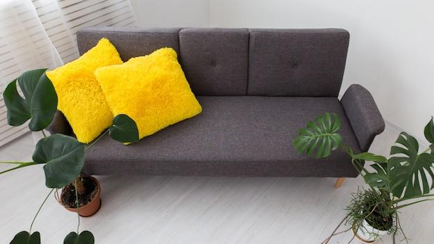 Apartamento moderno com plantas vivas. cores brilhantes no interior.