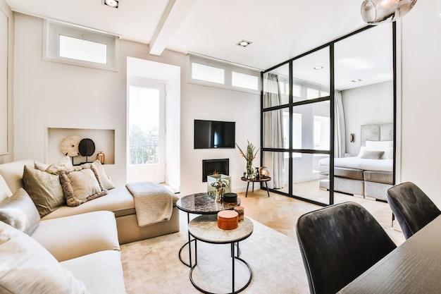Apartamento moderno com quarto espaçoso e sala de estar aconchegante projetada em estilo minimalista