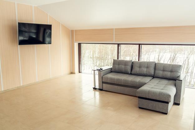 Apartamento moderno com um grande sofá.