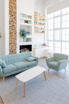 Apartamento moderno e espaçoso com um design elegante em tons pastel verdes, cinzas e brancos com grandes janelas e paredes decorativas. quarto e cozinha