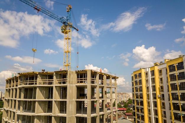 Apartamento ou escritório alto edifício de concreto em construção.