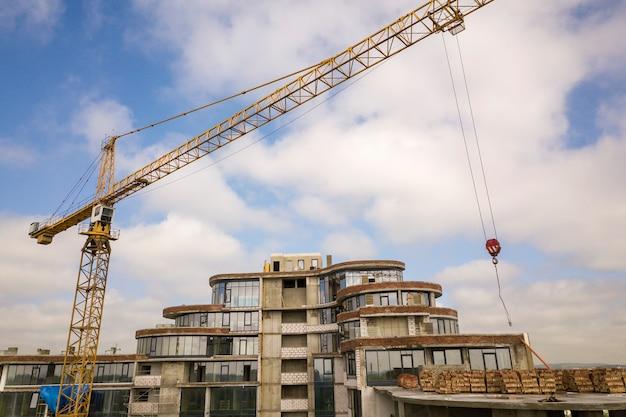 Apartamento ou prédio alto em construção.