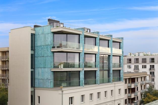 Apartamento residencial moderno com exterior de prédio plano com instalações ao ar livre