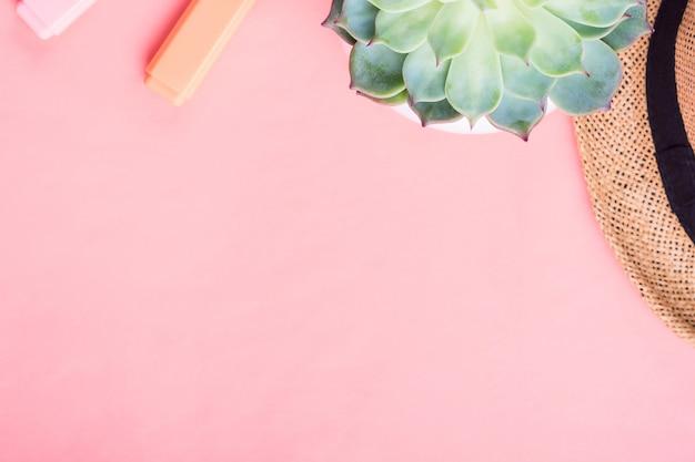Apartamento rosa coral com chapéu e marcadores