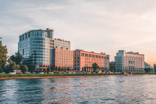 Apartamentos luxuosos em são petersburgo, rússia. vista do outro lado do rio malaya nevka.