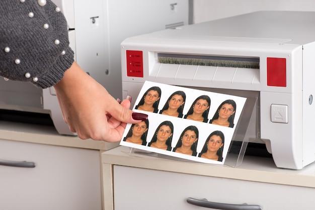 Apenas fotos de passaporte impressas saindo de uma impressora