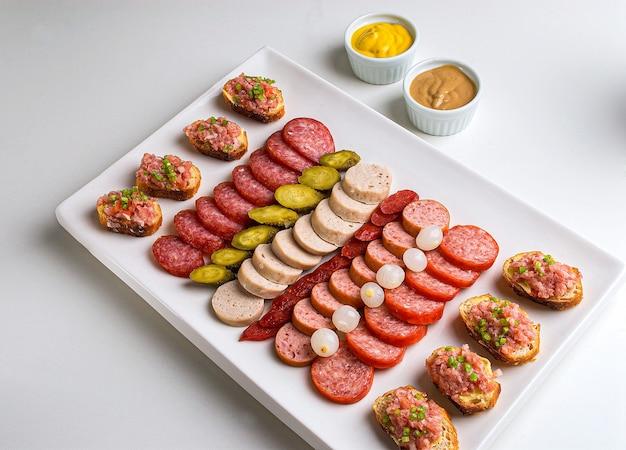 Aperitivo alemão salsicha cebolinha salsicha blumenau pepinos em conserva mostarda salame cebola