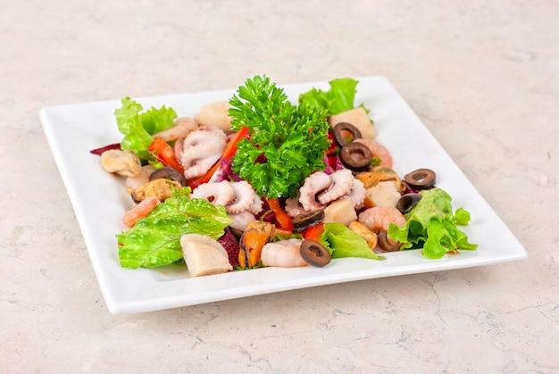 Aperitivo closeup de diferentes frutos do mar e legumes