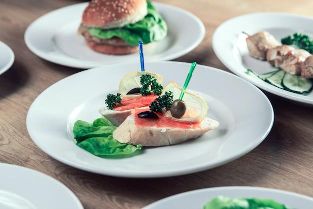 Aperitivo com salmão salgado e outros pratos à mesa. prato delicioso