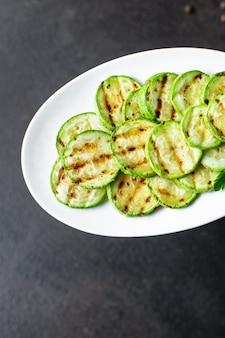 Aperitivo de abobrinha grelhada com legumes