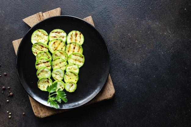Aperitivo de abobrinha grelhada de vegetais na mesa dieta vegetariana vegana ou vegetariana
