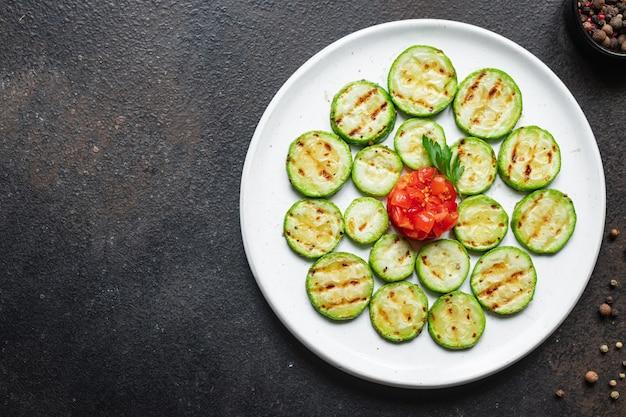 Aperitivo de abobrinha grelhada de vegetais, petisco na mesa vegetariano, vegan ou vegetariano