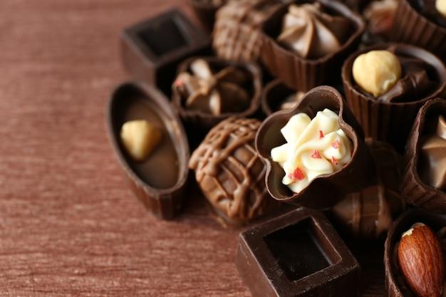 Aperitivo de bombons de chocolate em madeira
