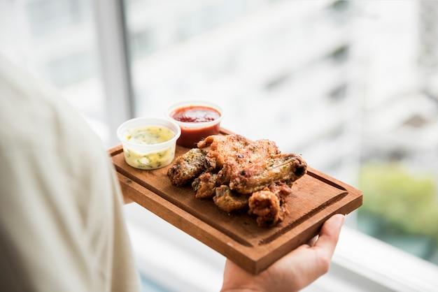 Aperitivo de frango frito crocante com molhos