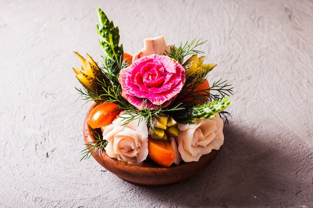 Aperitivo de legumes esculpidos, comida criativa original para beber álcool, o buquê de presente para homens